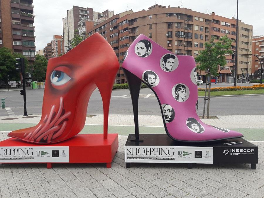 425ffe8adcb Los albaceteños se han despertado este martes por la mañana con una  sorpresa. Decenas de zapatos gigantes se han instalado a lo largo de la  Avenida de ...