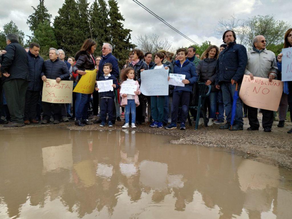 FOTOS | Vecinos del barrio Medicina y El Hondo de la Morena exigen soluciones al problema de las inundaciones