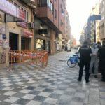 El Ayuntamiento de Albacete coloca un contenedor especial en el bloque confinado por coronavirus